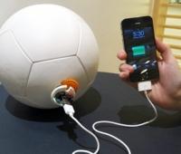 Un calcio energetico al pallone che produce energia giocando