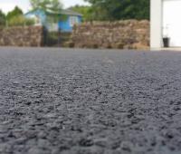 Trasformare la plastica in una strada di plastica creando un asfalto più duraturo ed economico